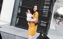 Sau 1 tháng ở cữ, Ngọc Mon tươi tắn khoe dáng vóc như gái còn son, lần đầu tiên bế con gái mới sinh ra ngoài