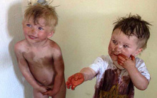 Hai con tự chơi với nhau đột nhiên yên lặng đáng ngờ, 2 bà mẹ vào kiểm tra thì