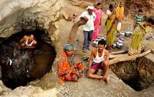 Người chồng một mình đào giếng 40 ngày liền vì không chấp nhận nổi cảnh vợ mình bị sỉ nhục và xua đuổi khi đi xin nước
