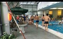 Hà Nội: Bé trai được mẹ đưa đi tập bơi đuối nước ngay tại bể