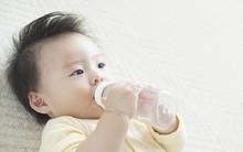 4 lầm tưởng tai hại nhiều mẹ mắc phải khi cho con uống nước