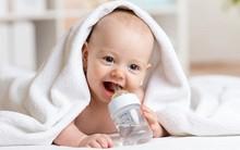 Chuyên gia Mỹ khuyến cáo phụ huynh: Cho trẻ sơ sinh uống nước, coi chừng bạn đang đầu độc con!
