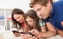 Khoa học chứng minh: Bố mẹ ít dùng điện thoại, nói chuyện nhiều với con sẽ giúp trẻ học ngôn ngữ nhanh hơn