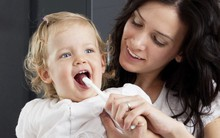 Bé đến tuổi tự học đánh răng, chọn bàn chải nào để cả mẹ cả bé đều yên tâm?