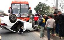 Xe khách tông xe con lật ngửa trên quốc lộ, 3 nạn nhân mắc kẹt bên trong