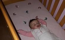 Con gái liên tục thức giấc trong đêm, bà mẹ đã nghĩ ra mẹo hay dỗ con ngủ lại dễ dàng