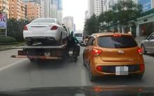 Clip: Tài xế Grabbike và khách thoát nạn trong gang tấc sau khi bị kẹp giữa 2 ô tô