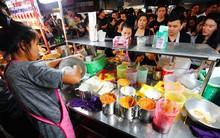 Tiệm bánh mì vỉa hè siêu hấp dẫn, ngày nào khách cũng xếp hàng dài đợi mua ở Bangkok