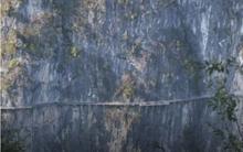 Công việc 'nguy hiểm nhất quả đất': Dùng búa tạ đập mặt cầu kính ở độ cao gần 200m