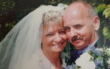 Đau đớn tột cùng vì vợ vừa qua đời, 1 tiếng sau người đàn ông lại