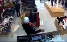 Clip gây bức xúc: Người đàn ông bế theo em bé vào shop quần áo rồi lấy trộm 2 chiếc iPhone chỉ trong 5 giây