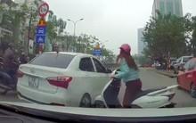 Clip: Cắt ngang sang đường nhưng không được, Ninja Lead loay hoay húc 3 phát vào hông ô tô rồi mới chịu đi