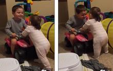 Clip anh trai 3 tuổi giúp em gái tập đi làm