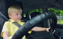 Nhân viên taxi 3 tuổi lái xe