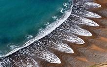 Sóng biển dạt vào bờ theo hình thù kì quái