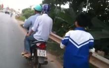 Clip: Bố xích con trai vào xe máy rồi kéo về nhà vì tội... mê game