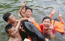 Hàng trăm trẻ nhỏ nô đùa giải nhiệt dưới hồ cạnh chùa Thầy