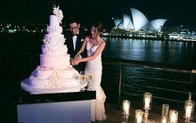 Xuýt xoa với đám cưới 2,5 tỉ đồng cắt bánh trên nền pháo bông, rước dâu bằng 4 chiếc Rolls-Royces