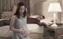 """Tình cảnh trớ trêu và phán xét chết điếng của chồng về cái thai """"dư tháng"""""""