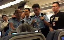 Khách Trung Quốc bị bắt vì tạt nước cam vô tiếp viên