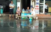 Nước cống hôi thối, đen kịt bủa vây cổng bệnh viện Phụ sản Hà Nội