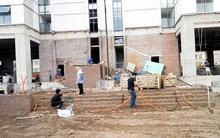 Háo hức nhận bàn giao nhà mới, cư dân ngao ngán khi chung cư đầy gạch vữa, nước lênh láng