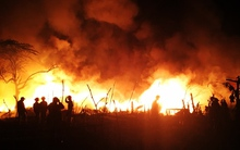 Hà Nội: Cháy cực lớn tại xưởng nhựa, lửa và khói bao trùm nghi ngút cả vùng