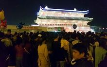 Hà Nội: Chen nhau xếp hàng cả tiếng đồng hồ để mua vé vào lễ hội đèn lồng