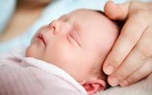 Đón cháu nội mới sinh từ tay bác sĩ, mẹ chồng khóc như mưa