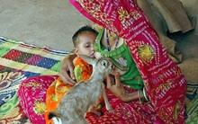 Hình ảnh hiếm gặp: Người phụ nữ cho con và hươu bú sữa cùng một lúc