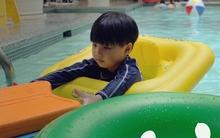 Không cần quát mắng to tiếng, cách người mẹ này phạt con ở bể bơi đáng để các bố mẹ học tập