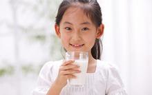 Mẹ không nên cho bé uống sữa tươi để lạnh