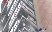 Mải mê ngắm tuyết, một phụ nữ tử vong vì  rơi từ tầng 24 xuống đất