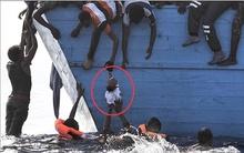 Ám ảnh cảnh thi thể chết ngạt chồng lên nhau trên thuyền di cư, có cả những em bé sơ sinh non nớt...