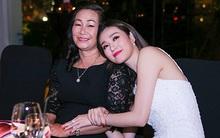 Khánh My nũng nịu bên mẹ trong ngày sinh nhật