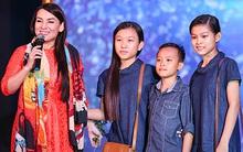 Hồ Văn Cường lên sân khấu với mẹ nuôi Phi Nhung sau khi đăng quang VN Idol Kids
