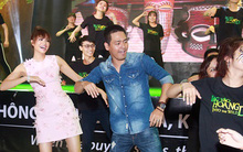 Phạm Hương cởi áo hăng say nhảy flash mob cùng khán giả