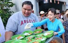 Việt Hương tự tay phục vụ đồ ăn sáng cho người nghèo