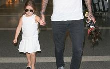 """Harper mặc """"cây"""" trắng thời trang xuất hiện ở sân bay"""