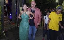 Thu Minh gây chú ý vì diện váy lấp lánh, vừa đi vừa