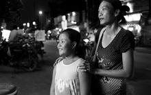 """Mẹ mù, cha tâm thần, bé gái 9 tuổi làm """"hoa tiêu"""" dẫn đường cho mẹ, mưu sinh nuôi cả gia đình"""