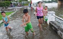 Ai ngán ngẩm vì triều cường chứ những đứa trẻ Sài Gòn thì hồn nhiên thích thú thế này đây
