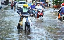 Người dân Sài Gòn mất cả chục triệu vì bờ bao bị vỡ, nước ngập mãi không rút