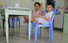 Mưa xối xả, đường ngập, cây đổ, người Sài Gòn ăn tối trong cảnh nhà lênh láng nước