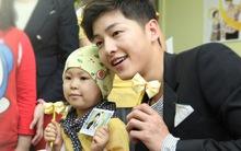 Mỹ nam Song Joong Ki vui chơi hạnh phúc bên trẻ em ung thư