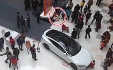 Bé trai khởi động ô tô trong triển lãm, đâm phải bà bầu