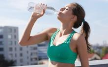 Đã có người phải cấp cứu vì uống nước sai cách, bạn cũng hãy coi chừng khi đưa cốc nước lên uống