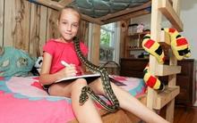 Cô bé sống chung với rắn
