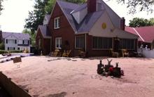 Đổ 80 tấn cát lên sân nhà vì lười cắt cỏ