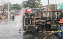 Lật xe tải, hàng ngàn lít a xít tràn ra đường, bốc khói nghi ngút